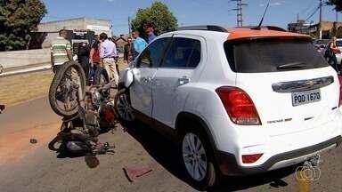 Retorno aberto irregularmente entre avenidas aumenta risco de acidentes, em Goiânia - Em um dos acidentes, moto bateu contra carro.