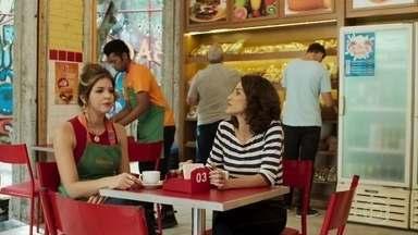 Neide pede permissão a Carla para se envolver com Marco - Carla fala mal de Marco, mas libera a amiga para ficar com o major