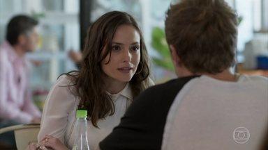 Lara questiona Filipe sobre briga pela guarda de Nina - A advogada diz que Filipe vai acabar fazendo com que a família perca a guarda de Nina para Rita