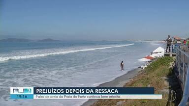 Faixa de areia da Praia do Forte, em Cabo Frio, continua bem estreita após ressaca - Comerciantes ainda estão contabilizando prejuízos.