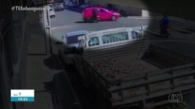 Vídeo flagra momento em que motociclista é arremessado após batida em cruzamento - Vídeo flagra momento em que motociclista é arremessado após batida em cruzamento