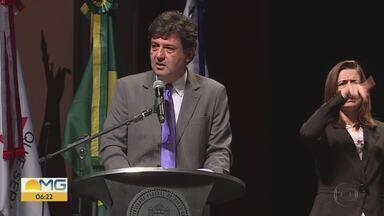 'Médicos pelo Brasil' substituirá o 'Mais Médicos' em regiões remotas do país - Durante congresso em BH, Luiz Henrique Mandetta voltou a falar sobre o programa, que vai priorizar regiões mais vulneráveis. Ele também anunciou liberação de R$ 50 milhões para pesquisas em doenças negligenciadas.
