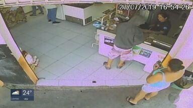Câmera de segurança registra assalto a mercearia em Varginha - Câmera de segurança registra assalto a mercearia em Varginha
