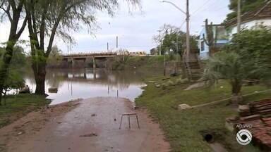 Moradores de cidades do RS seguem desalojados por causa das cheias dos rios - Chuva forte causou transtornos no estado.