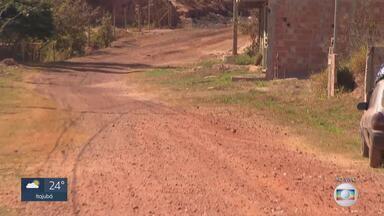 MG Móvel em São Joaquim de Bicas - Moradores esperam ansiosos pelo asfaltamento da rua Nove Irmãos. Prefeitura afirma não ter verba para fazer a obra.
