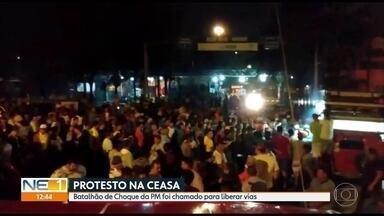 Comerciantes fazem protesto no Ceasa contra cobrança de taxas - Batalhão de Choque usou balas de borracha para dispersar manifestantes, que bloquearam os acessos ao Centro de Abastecimento.