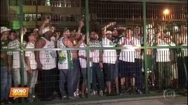 Torcida do Palmeiras protesta após empate contra o Vasco - Torcida do Palmeiras protesta após empate contra o Vasco