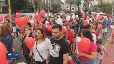 Caminhada da Ação do Coração é promovida em São Vicente, SP - Além dos corações, participantes também levaram alimentos para serem doados.