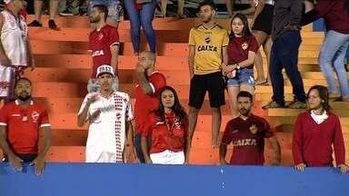 Vila Nova perde para Bragantino, acumula quarto jogo sem vitória e torcida cobra - Tigre está a uma posição da zona de rebaixamento e torcida colorada protesta