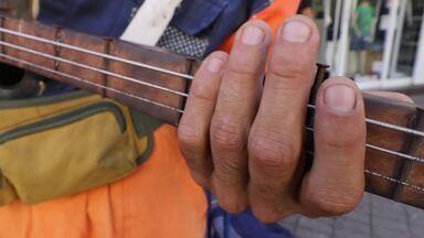 Projeto reaproveita objetos jogados no lixo para fazer música nas ruas - Guilherme 'Marmota' e Gisele Silgom viajam pelo Brasil em uma Kombi, que serve também como casa, com o projeto Gambiarra Lixofônica, e se apresentam tocando instrumentos com objetos que encontraram no lixo.