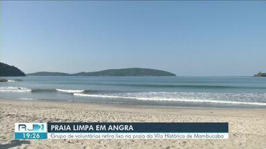 Grupo de voluntários retira lixo na praia da Vila Histórica de Mambucaba, em Angra - Segunda ação do grupo tem objetivo de diminuir a poluição no local.