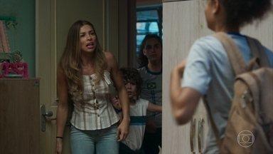 Paloma flagra Alice entrando escondida em casa - Paloma fica preocupada com a frequência de pessoas a noite no seu bairro