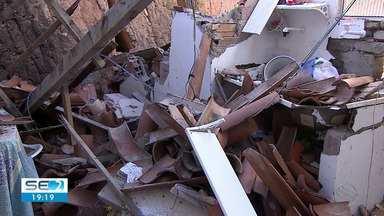 Muro de uma construção abandonada desaba em bairro da Zona Oeste de Aracaju - Três pessoas foram atingidas.