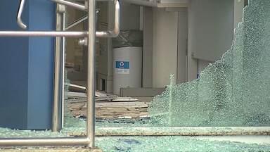 Bandidos explodem duas agências bancárias de Piraí do Sul - Eles atiraram contra o posto da polícia em em moradores que passavam pelo local de carro.