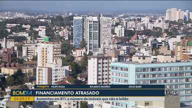 Famílias precisam escolher entre pagar financiamento e contas do dia a dia - Inadimplência em financiamentos imobiliários aumenta no Paraná.