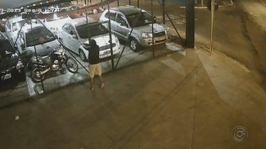 Imagem que circula nas redes sociais mostra homem atirando em carros em garagem - Uma imagem que circula nas redes sociais está chamando a atenção em Bauru. Um homem encapuzado aparece chegando na frente de um estacionamento, na Avenida Castelo Branco. e atirando nos carros. Os disparos acertaram vidros de vários veículos.