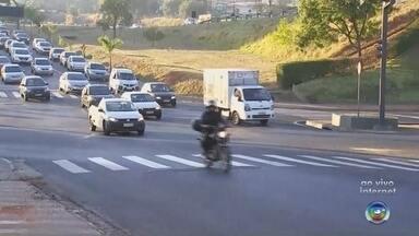 Trânsito fica mais lento com a volta às aulas em Rio Preto - O trânsito está mais lento em São José do Rio Preto (SP) com a volta as aulas. Confira o melhor caminho para não enfrentar engarrafamento na manhã desta quarta-feira (31).