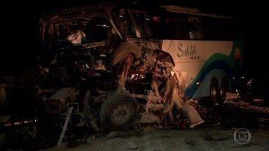 Acidente em rodovia no MT deixa quatro mortos e 32 feridos - Uma batida envolvendo uma carreta, um ônibus e um carro deixou 4 mortos e 32 feridos. Dos mortos, três eram da mesma família e estavam na carreira. O motorista do ônibus também morreu na batida.