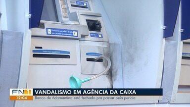 'Ação de vandalismo' interrompe atendimento em agência bancária em Adamantina - Segundo a Polícia Militar, um homem encapuzado teria entrado no estabelecimento, no Centro da cidade, e tentado colocar fogo em uma das máquinas dos caixas eletrônicos.