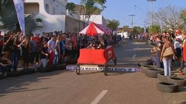 Descida maluca com carrinhos de rolimã diverte moradores de Barra Bonita - Descida é tradicional e muitas famílias participam.