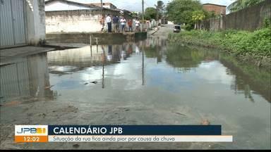 Calendário JPB volta a Mangabeira e mostra que chuva piorou a situação da rua - Moradores reclamam da situação da ruam que fica intransitável quando chove, além da grande quantidade de mato.