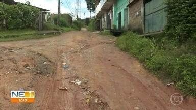 Buracos na Rua Porto Amazonas, em Camaragibe, dificultam circulação de carros e pedestres - Situação é acompanhada pelo Calendário do NE1.