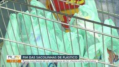 Um mês após a lei, clientes estão adaptados ao fim das sacolas plásticas - Os estabelecimentos da região estimam, em média, que houve redução de pelo menos 40% no consumo do produto, que é derivado do petróleo.