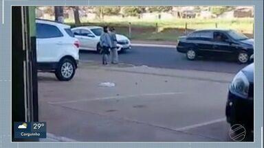 Funcionárias de academia mostram boa ação e ajudam idoso a atravessar a avenida - boa ação