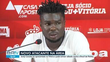 Jordy Caicedo é apresentado pelo Vitória nesta quarta-feira (31) - Jogador chega para reforçar time baiano, que permanece na zona de rebaixamento após empatar para o Figueirense, na terça-feira (30).