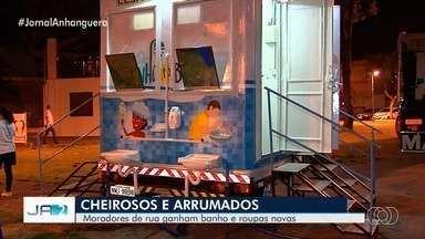 Projeto 'Banho do Bem' atende moradores de rua em Goiânia - Duas vezes por mês, um grupo leva uma carreta com banheiros até a Praça Joaquim Lúcio, em Campinas.