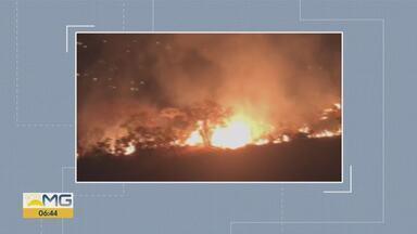 Incêndio consome parte da Serra do Curral, em Belo Horizonte - De acordo com o Corpo de Bombeiros, as chamas estão próximas ao bairro Sion, na Região Centro-Sul, e podem ser vistas até a altura da Rua Patagônia.