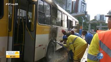 Ônibus pega fogo e complica trânsito na Avenida ACM - Um caminhão-pipa da obra do BRT ajudou a apagar as chamas.