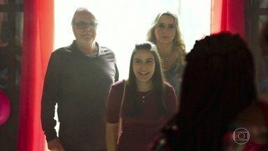 Milena, César e Karina chegam à festa - Karina e Vânia se encaram logo na chegada