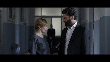 Mea culpa - Salvo não consegue cumprir a ordem do chefe. Carlo está em estado grave, e Sole sente-se culpada. A imagem volta ao pedestal e começa a chorar novamente.