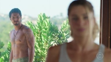 Marcos seduz Paloma mas ela o acha convencido - Paloma fica muito confusa por causa do alarme disparado