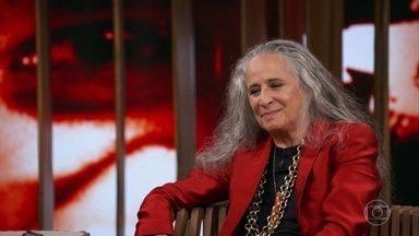 Caetano Veloso foi o responsável por escolher o nome de Maria Bethânia - A baiana assiste à uma entrevista antiga com Bial