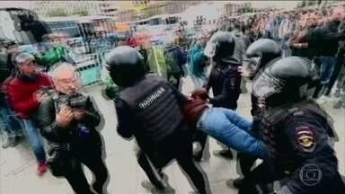 Polícia prende 600 pessoas que participavam de um protesto por eleições livres em Moscou - Na Rússia, os protestos precisam de autorização, e este não tinha. Os ativistas faziam uma marcha, em moscou, contra a exclusão de candidatos de oposição na eleição para a câmara de vereadores, no mês que vem.