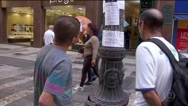 Custo para procurar emprego chega a R$ 300 por mês - Desemprego atinge 12,8 milhões de pessoas e muita gente desiste de procurar vagas por causa de despesas com transporte, alimentação e impressão de currículos.