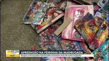 Meia tonelada de roupas e brinquedos falsificados é apreendida na Feirinha da Madrugada - Meia tonelada de roupas e brinquedos falsificados foi apreendida pela polícia, na madrugada desta terça-feira (6), na Feirinha da Madrugada, no Brás.