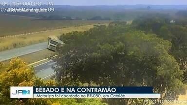 Motorista é preso após dirigir bêbado caminhão na contramão, em Catalão, diz PRF - Vídeos gravados na BR-050 mostram que motorista ainda atravessou a rodovia pelo canteiro central e por pouco não tombou.