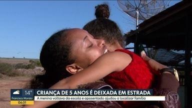 Criança de 5 anos é deixada no meio de estrada por transporte escolar - Pra piorar, a casa na menina era muito longe do local. Ela foi encontrada por uma idosa, que ajudou a procurar a família. Caso foi em Mutuca, no interior de São Paulo.
