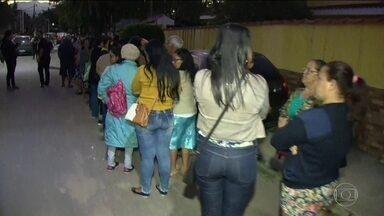 Pacientes passam madrugada na fila pra marcar consulta em Duque de Caxias (RJ) - Prefeitura anunciou criação de uma central telefônica, na proxima semana, para marcação de consultas