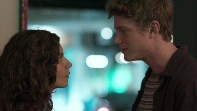 Filipe afirma a Rita que acredita nela - Ele conta que foi até o sítio de Isaura e acredita que Nina tenha realmente sido tirada de Rita