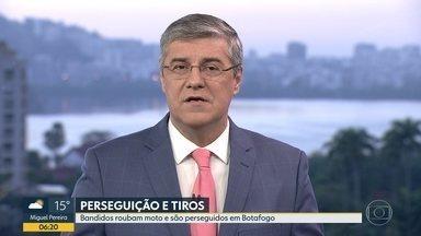 Homem é baleado em assalto, em Botafogo - Assaltantes levaram moto na Rua Álvaro Rodrigues.