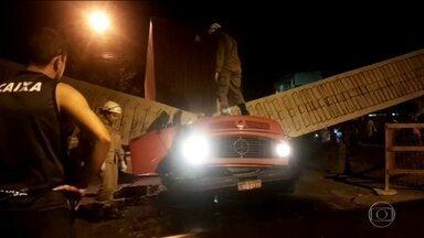 Equipes retiram escombros de viaduto que desabou e matou duas pessoas, no RJ - O trabalho já dura mais de 12 horas. O viaduto caiu em cima de um caminhão; o motorista e um auxiliar morreram na hora.