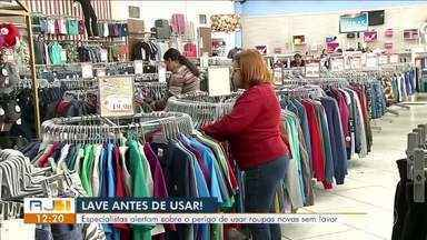 Especialistas alertam sobre o perigo de usar roupas novas sem lavar - Peças podem ser ambiente de proliferação de bactérias.