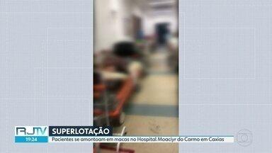 Pacientes se amontoam nas macas do Hospital Moacyr do Carmo, em Caxias - Imagens mostram lotação na unidade de saúde e pacientes nos corredores.