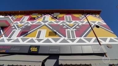 Primeiro ministro da Albânia revitalizou a capital do país com o poder da arte - O trabalho de revitalização de Edi Rama foi colorindo praticamente todos os prédios da cidade de Tirana, que hoje ganhou vida.