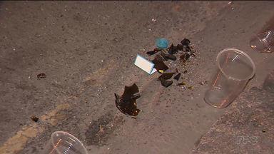 Estudantes são atingidos por garrafa com produto químico - Garrafa teria sido jogada de cima de um prédio no centro de Curitiba.