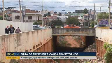 Obra da Copa de 2014 que ainda não está pronta causa dor de cabeça a moradores - Em São José dos Pinhais, construção de trincheira está abandonada.